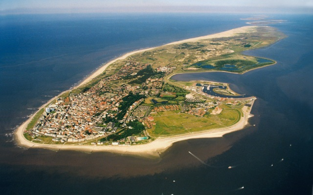 The Frisian island of Nordeney. If you look closely at the sea you can make out the deeper channels between the sands. Picture from www.hotel-friese.de