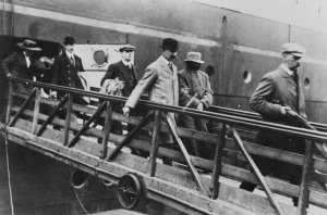 The Real Inspector Dew - escorting Crippen off the Montrose in 1910.